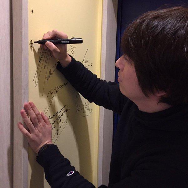 声優の小野大輔さんが、チュプキの壁にサインを書いてくださっている写真