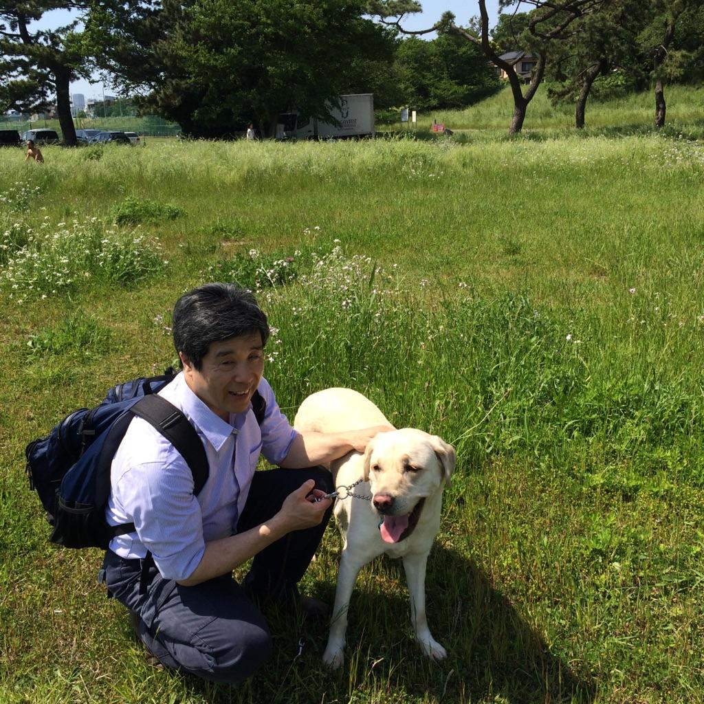 岡野さんと盲導犬グリーンの写真
