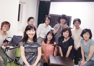 前回のナレーション講座の講師と受講生の皆さんの写真