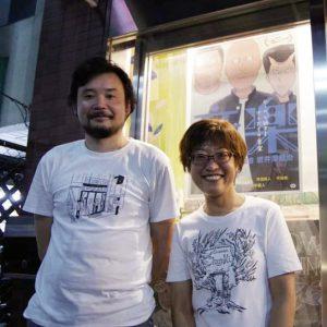 『音楽』 ポスターを背に、微笑む岩井澤監督とシネマチュプキ平塚代表の写真。監督はとても背が高い。真っ白いTシャツを着ているが、そこには『音楽』の原作者大橋裕之さんが神戸の元町映画館の外観が描かれている。