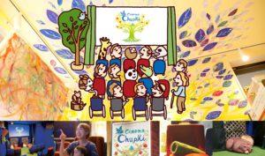 スクリーンの前に様々な人や動物が集まり、映画を観ている様子をイラストで描いています